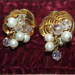 VTG FAUX PEARLS TEXTURED GOLD PLATE EARRINGS E33